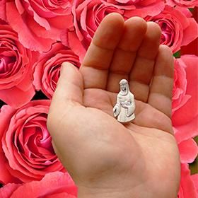 medalik matki świętej Elżbiety na dłoni