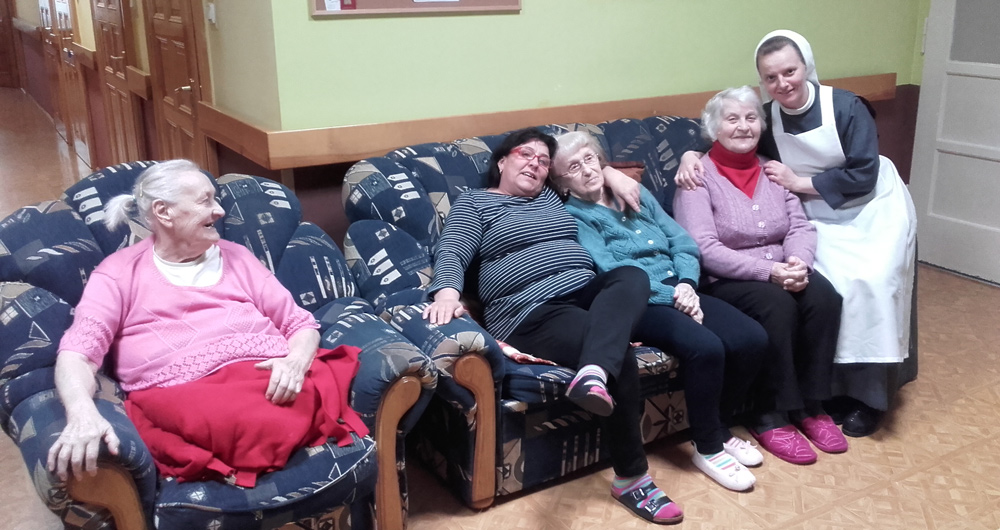 zdjęcie, grupa podopiecznych z siostra opiekunką