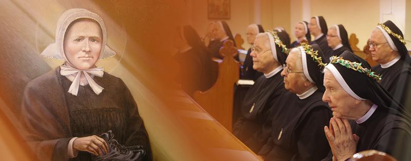 zdjęcie modlących się Elżbietanek z wizerunkiem Marii Merkert