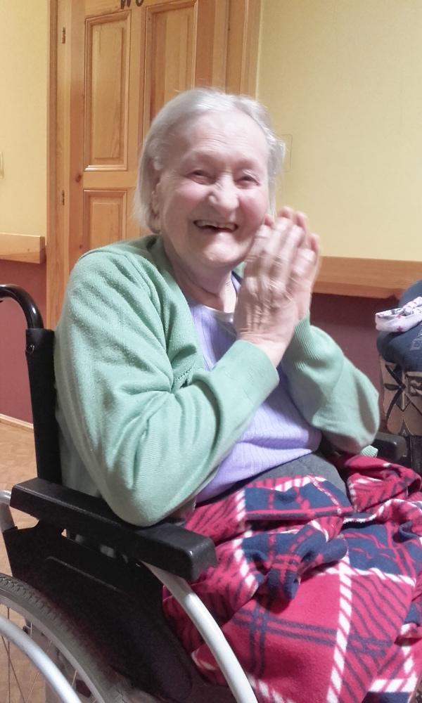 zdjęcie uśmiechniętej pensjonariuszki
